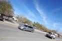 di perhentian menuju Jabal Shams. langitnya biru cantik, jalanan bersih, mobil keren :D