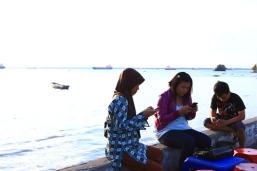 at pantai melawai. henpon dimana-mana. can't live without it