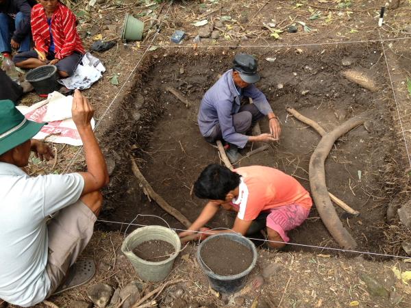Tim arkeolog medan sedang menggali.