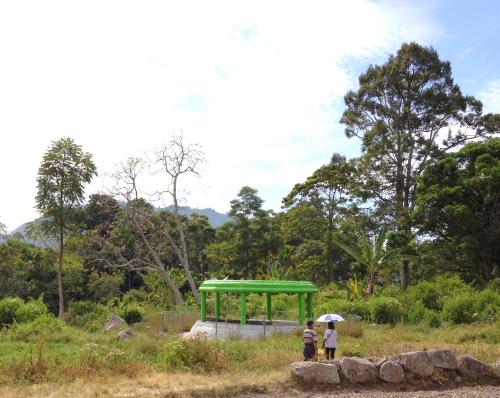Melewati kuburan besar bercat hijau.