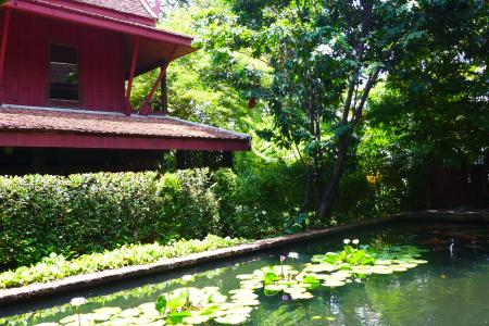 kolam di samping kanan rumah