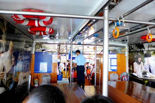13 di dalam kapal