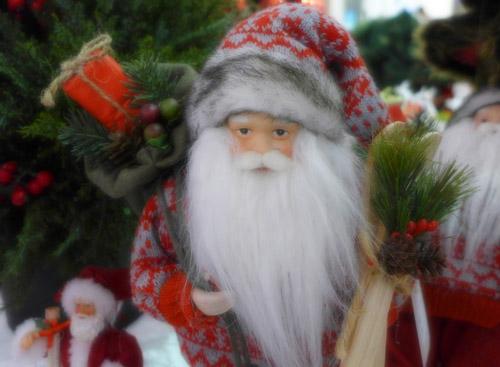 Ompung Santa Klaus bermata kuyu.. Udah capek nganterin kado Natal soale.. Abis kalian nggak mau bantu, sih...